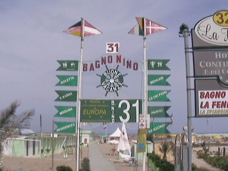Associna - Rimini: il primo bagno con la bandiera rossa e 5 stelle